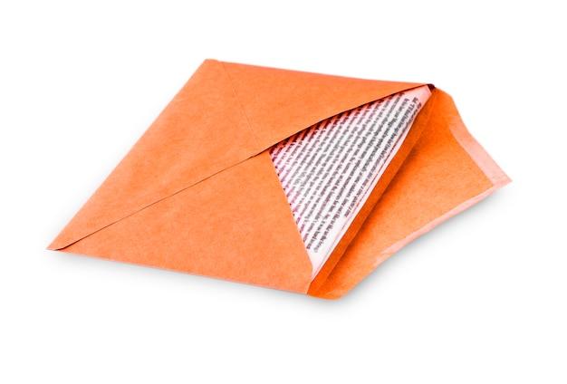白い背景に手紙を書く封筒を開きます。