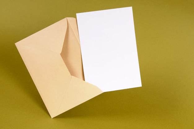 Конверт с пустой пригласительной картой