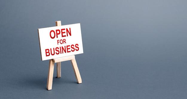 ビジネスイーゼルサインのために開きます。