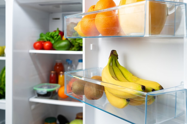 新鮮な果物、野菜、飲み物でいっぱいのオープン冷蔵庫