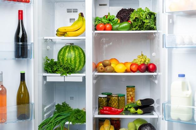 신선한 과일, 야채 및 음료로 가득 찬 오픈 냉장고