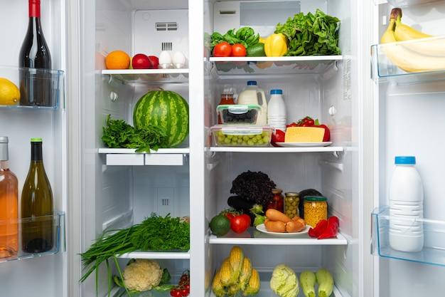 果物、野菜、飲み物でいっぱいのオープン冷蔵庫