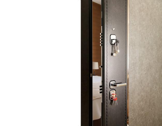 分離された白い背景の出口のための正面の木製または金属の茶色の入り口のドアを開く