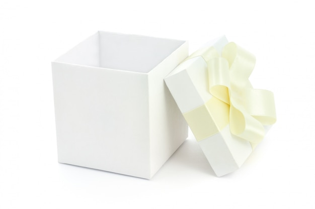 Открытая подарочная коробка на белом фоне