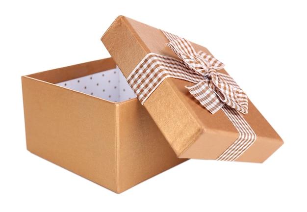 Открытая подарочная коробка, изолированная на белом