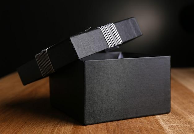 Открытая подарочная коробка на темном фоне