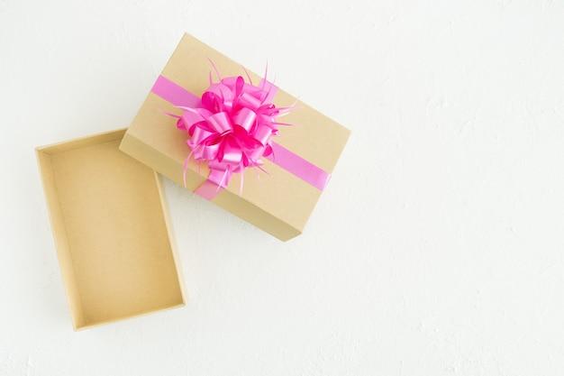 白い背景の上の装飾とギフトボックスを開きます。スペースをコピーします。コンセプトバレンタインデー、母の日、記念日。