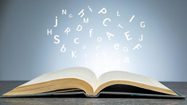 Открытый справочник для учебы и образования в школе. текстура изучает концепцию библии. дизайн документов мультимедийной книги.