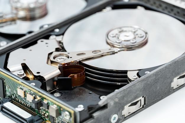 하드 디스크 드라이브를 닫습니다. hdd 수리, 정보 복구 서비스.