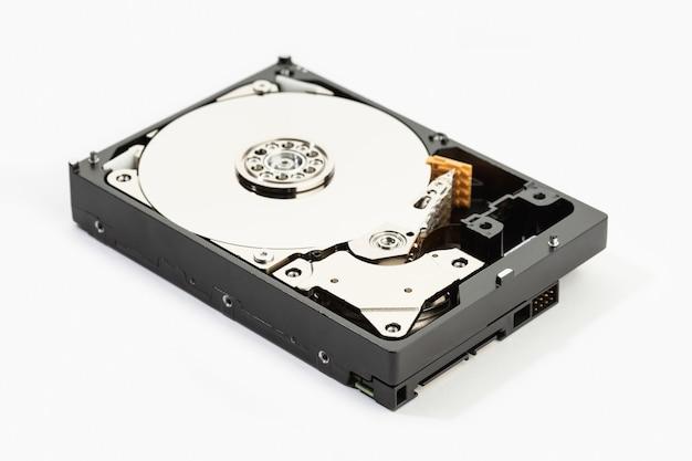 Открытый жесткий диск hdd, изолированные на белом фоне. хранение данных компьютерного оборудования