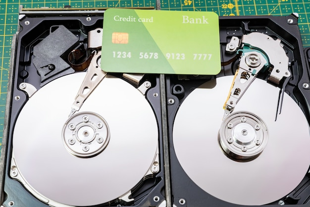 신용 카드로 하드 디스크 드라이브를 엽니다. 정보, 데이터 스토리지 인프라 비용 개념