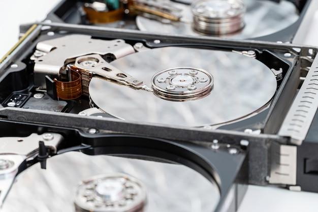 開いているハードディスクドライブをクローズアップ。情報、データストレージインフラストラクチャのコストコンセプト