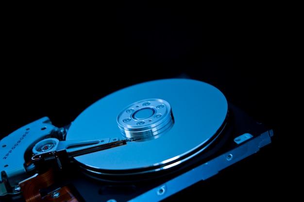 Открыть жесткий диск на черном фоне