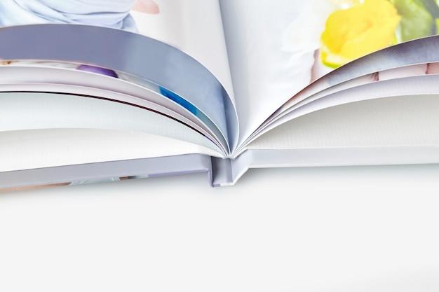 Открытая высококачественная фотокнига с твердой обложкой и красочными страницами