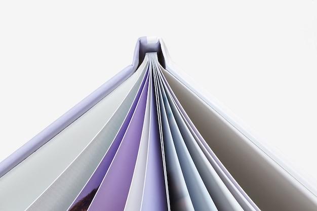 Открытая высококачественная фотокнига в твердом переплете и страницах