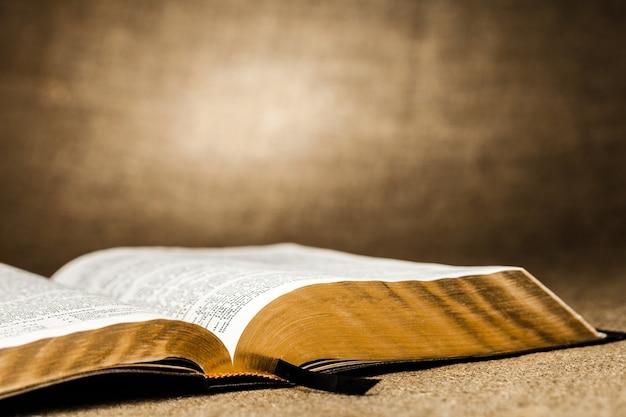 오픈 성경 책, 클로즈업 보기