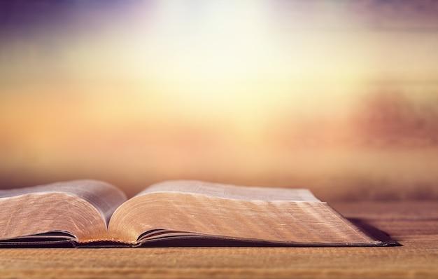 배경에 오픈 성경 책