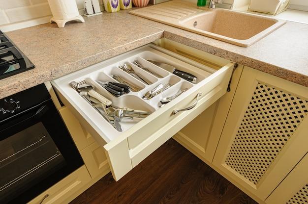銀器が入ったオープンキッチン引き出し