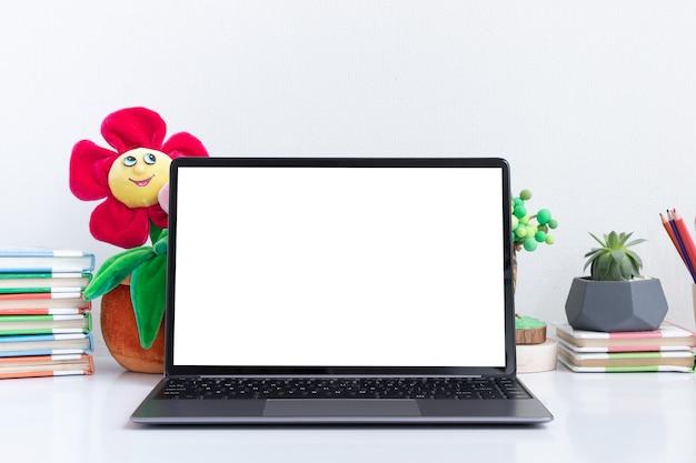 子供の職場でノートパソコンのモックアップを開く学校に戻るオンライン学習の概念