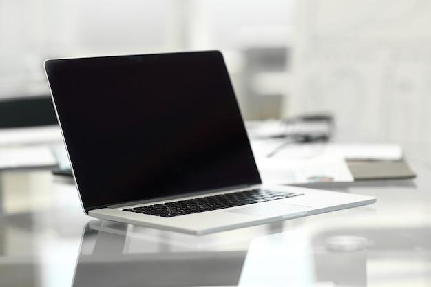 オフィスデスクでラップトップを開く