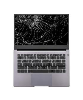 Открытый ноутбук со сломанным, треснувшим экраном на белом фоне крупным планом вид сверху