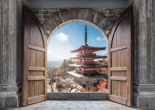 山梨県で秋に浅間塔と富士山で大きな木製のドアを開ける