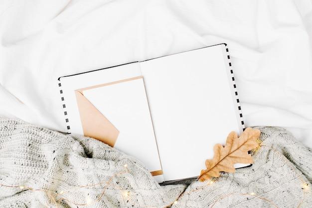 Раскройте планировщик мокапов на кровати с теплым пледом. скопируйте пространство. плоская планировка, вид сверху