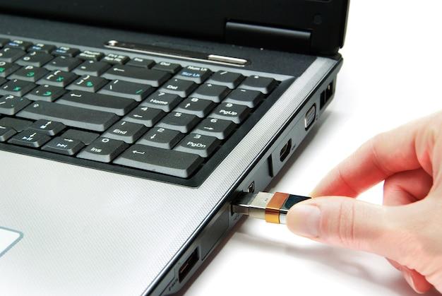 Открытый ноутбук, изолированные на белом фоне
