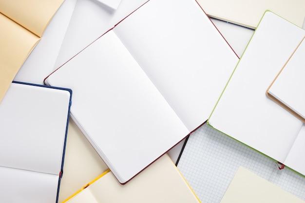 Открыть блокнот или книгу с пустыми страницами, вид сверху
