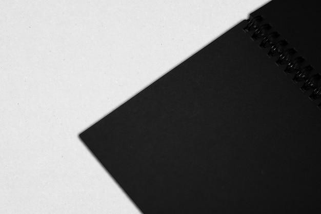 白い背景の上の空白のページでノートブックを開く