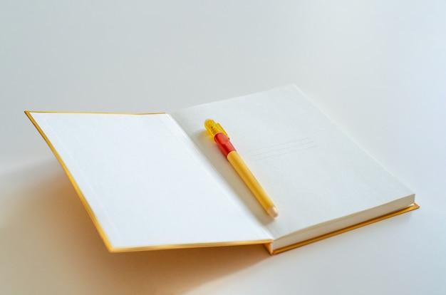 ペンと空白のページでノートブックを開く