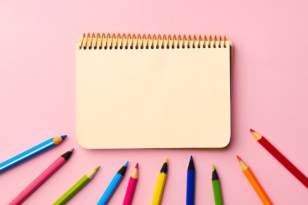 紙の上のメモ帳と色鉛筆を開く