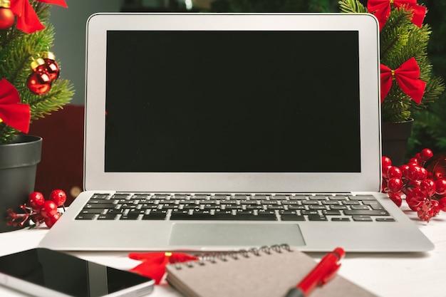 크리스마스 장식으로 테이블에 메모장과 컴퓨터 열기