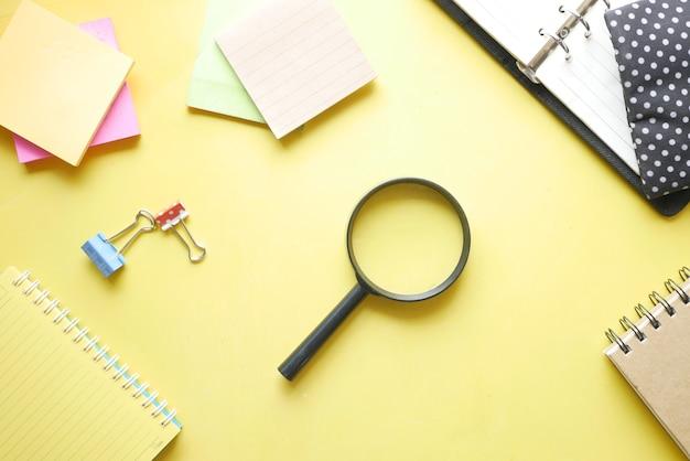 黄色のメモ帳と虫眼鏡を開く