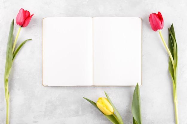 Открытый блокнот и весенние цветы