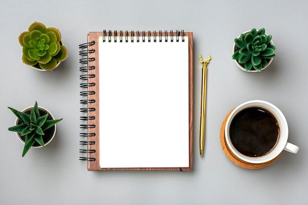 컵 커피와 황금 펜으로 열려있는 메모장