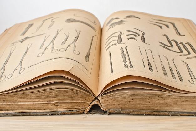 의학 근접 촬영에 오픈 오래 된 책