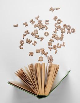 白で隔離散乱文字で古い本を開く