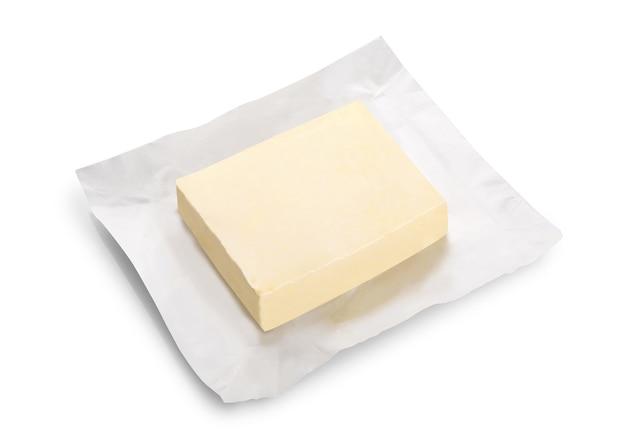 白で隔離の新鮮なバターブロックのオープンパッケージ
