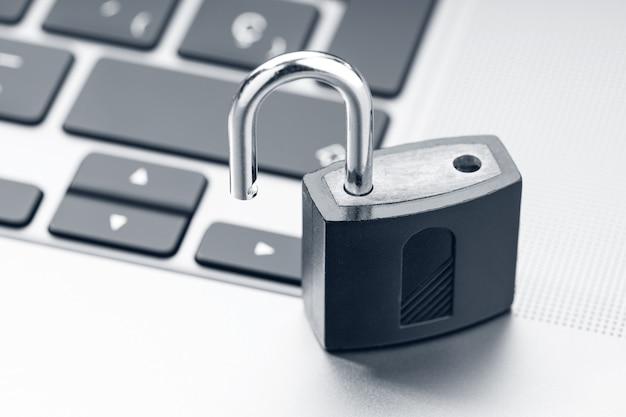현대 노트북에서 자물쇠를 엽니다. 컴퓨터 보안 취약점 개념 프리미엄 사진