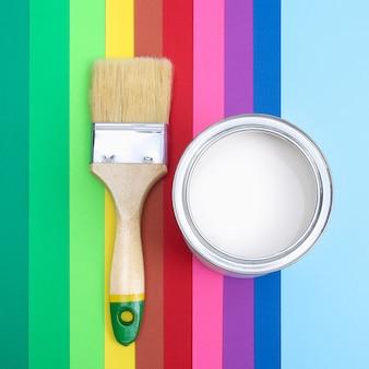 Раскройте банки с эмалью краски на образцах цветовой палитры. плоская планировка