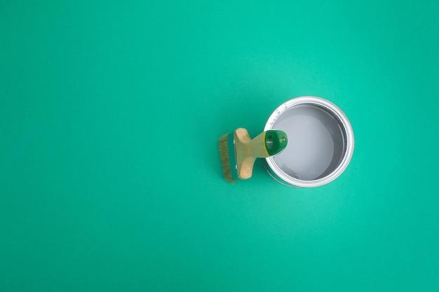 カラーパレットサンプルのペイントエナメル缶を開きます。