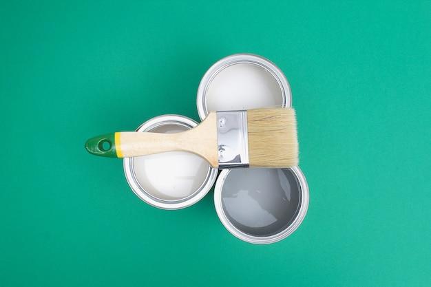 Раскройте банки с эмалью краски на образцах цветовой палитры.