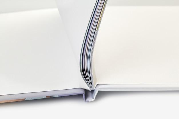 Открытая фотокнига с твердой обложкой и пустыми страницами