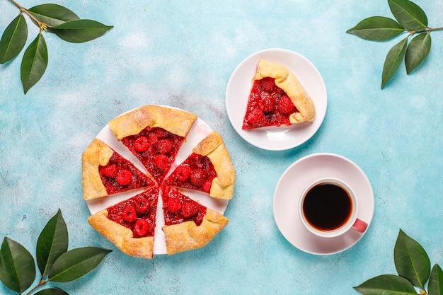 パイ、ラズベリーガレットを開きます。夏のベリーデザート。 無料写真