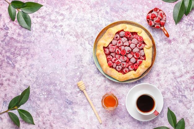 パイ、ラズベリーガレットを開きます。夏のベリーデザート。