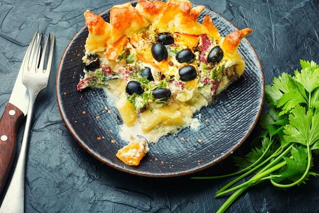 Открытый пирог с оливками, грибами и колбасой. соленые пироги