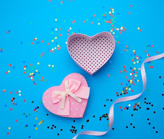 Открытая розовая картонная коробка в форме сердца
