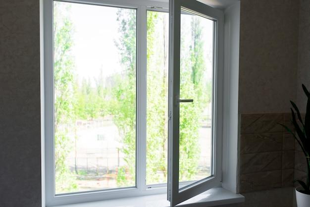 Открытое пластиковое окно на кухне