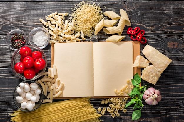 레시피 북 열기 및 파스타 요리를위한 다양한 신선한 재료
